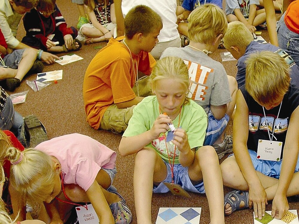 kids making quilt blocks at the library
